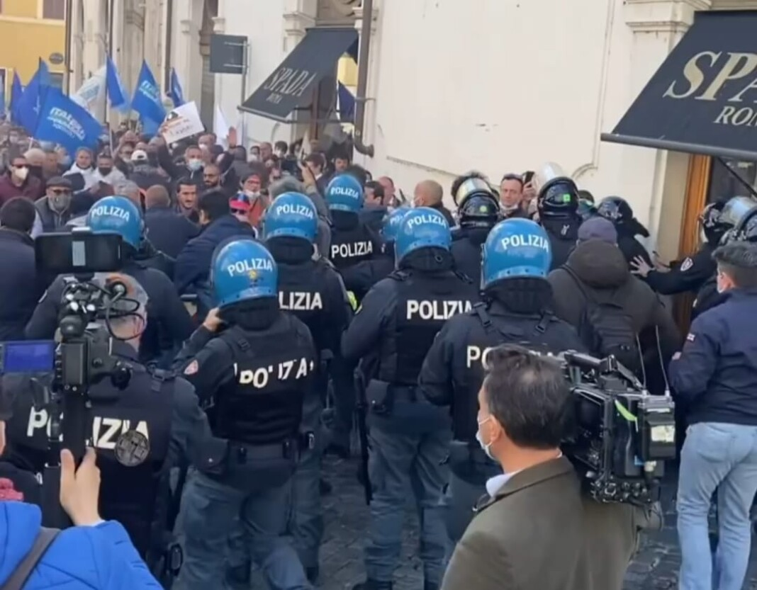 Gli scontri dei ristoratori in piazza Montecitorio